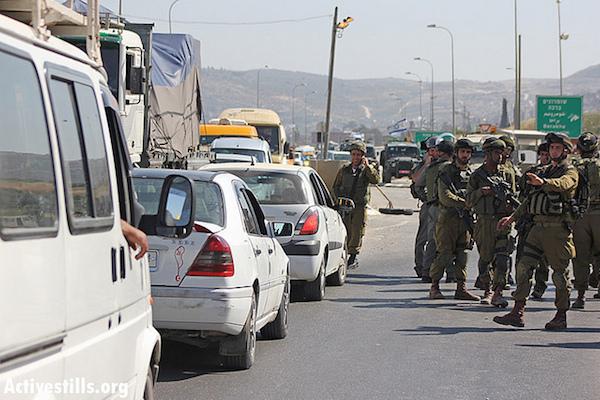 Foto ilustrativa de soldados israelíes cerrando un puesto de control interno de Cisjordania, 15 de mayo de 2012. (Foto por Ahmad Al-Bazz / Acitvestills.org)
